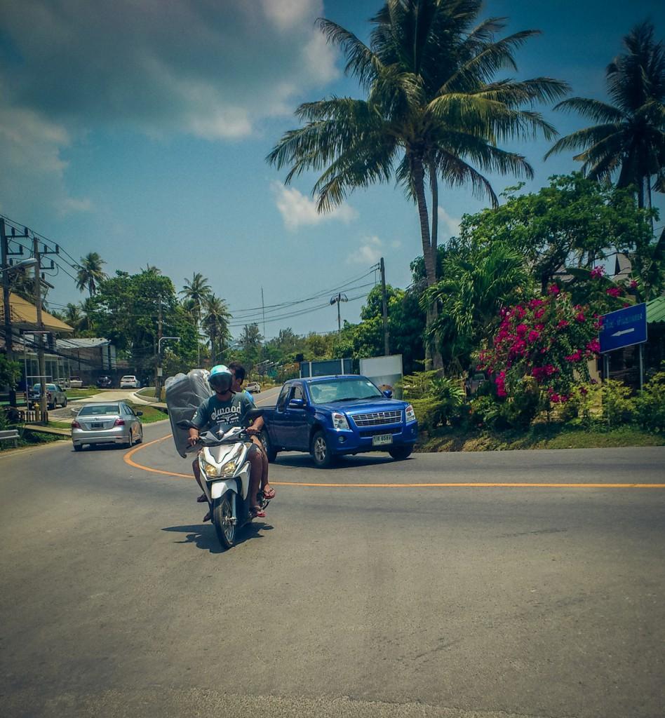 Тайцы везут чемодан