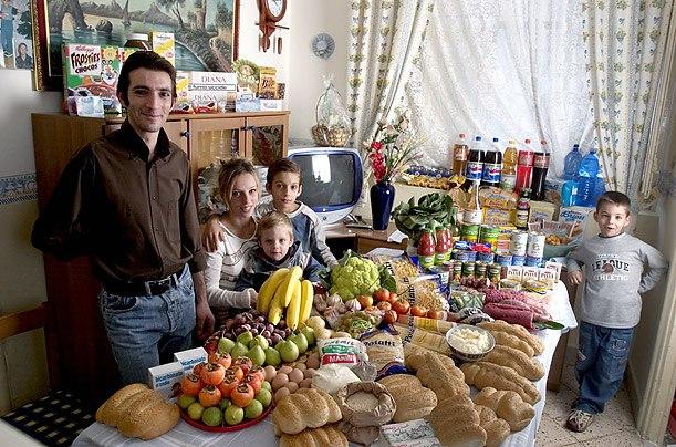 Италия: семья Мандзо Сицилии Расходы на продукты питания в течение одной недели: 214,36 евро, или $ 260,11 Любимые блюда: рыба, паста с рагу, хот-доги, замороженные рыбные палочки