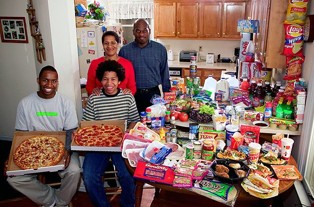США: семья Ревис из Северной Каролины Расходы на продукты питания в течение одной недели: $ 341,98 Любимые блюда: спагетти, картофель, кунжут курица