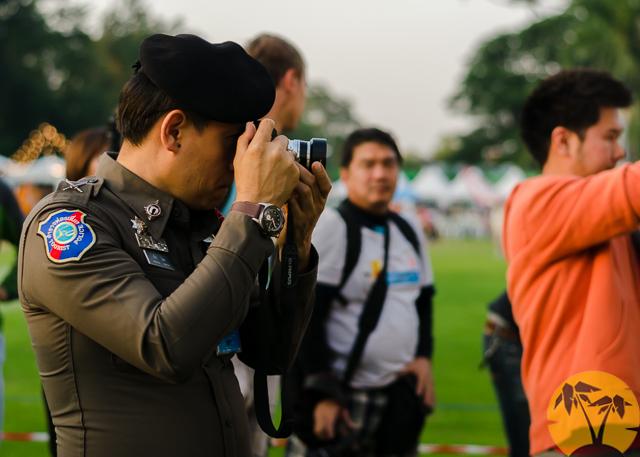 Тайский офицер фотографирует лис