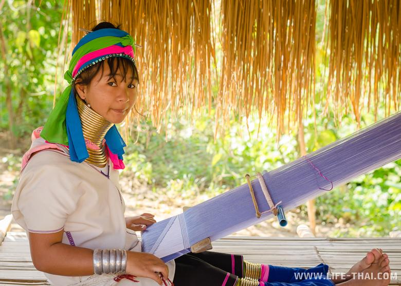 Девочка из каренов делает шарф, Таиланд