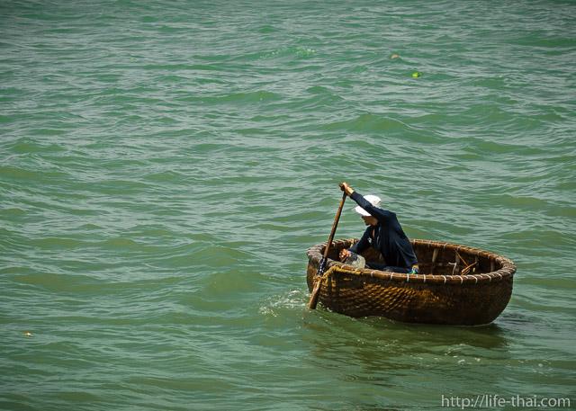 Вьетнамский рыбак в лодке