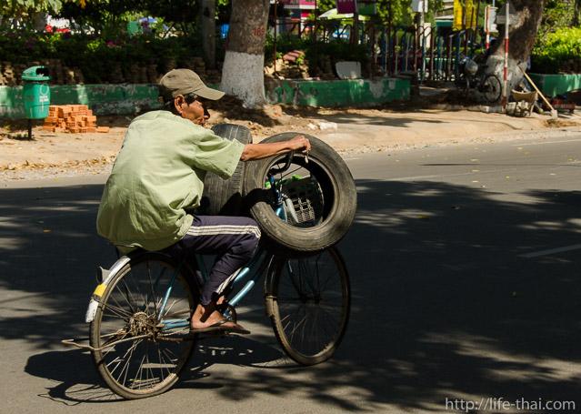 Вьетнамец, две покрышки и велосипед