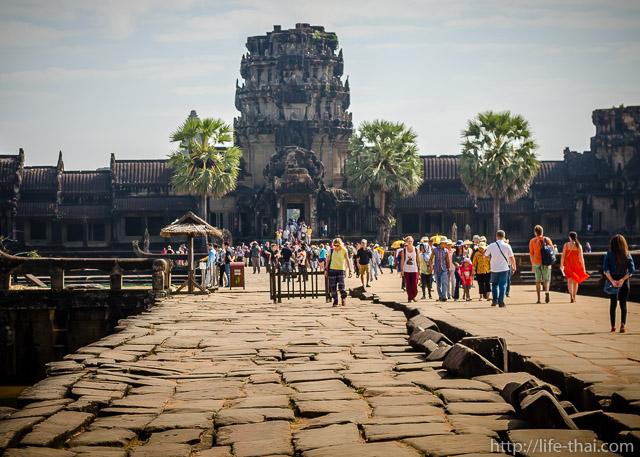 Мост через ров к Ангкор вату