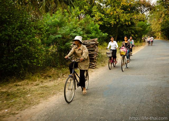 Камбоджийцы на велосипедах
