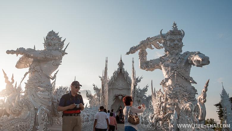 Туристы в Белом храме, Таиланд
