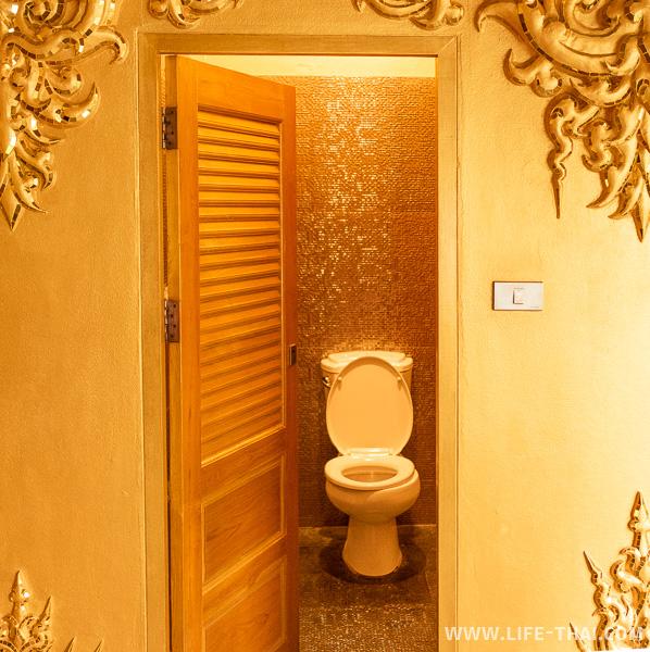 Золотой туалет, кабинка