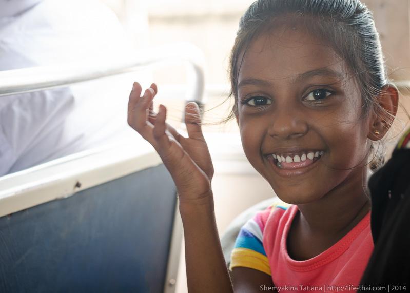Девочка в автобусе, Шри Ланка