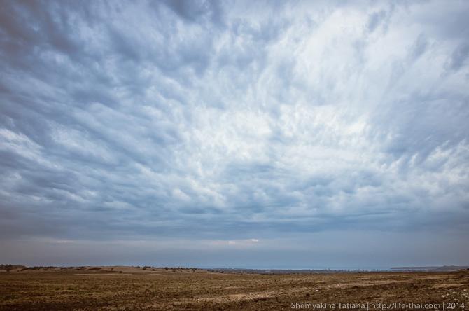 Хмурое небо и степь