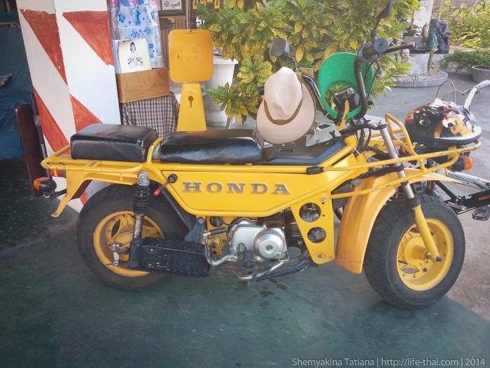 Старая японска Хонда жёлтого цвета