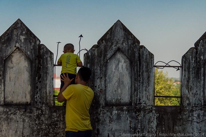 Люди в жёлтом во Вьентьяне, Лаос