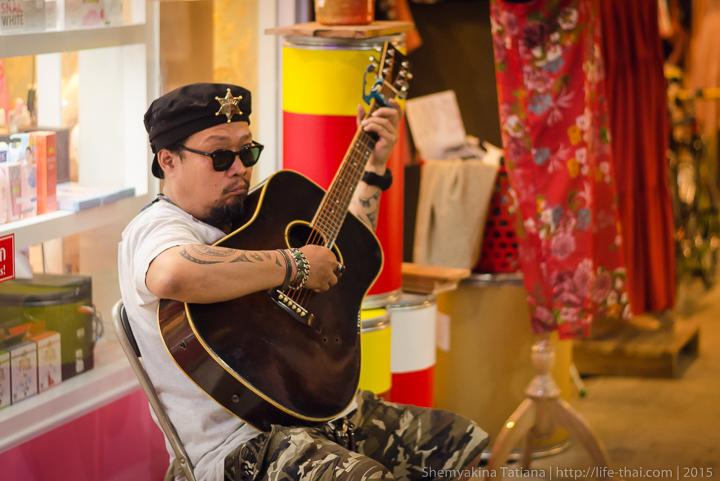Таец с гитарой, Родфаи маркет, Бангкок