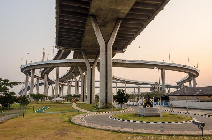 Парк под мостом Bhumibol bridge, Бангкок, Таиланд