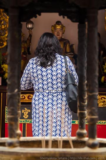 В китайском храме, Сингапур