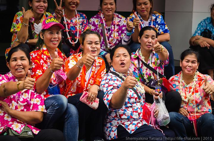 Тайцы в цветастых рубашках, Сонгкран