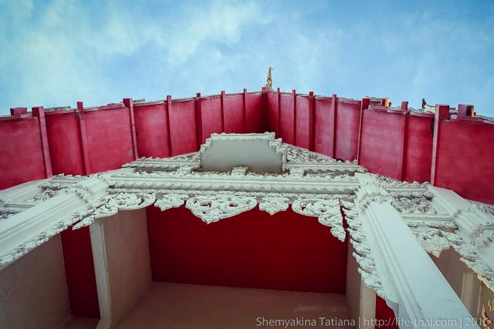 Хуа Хин, храм с большим красным флагом