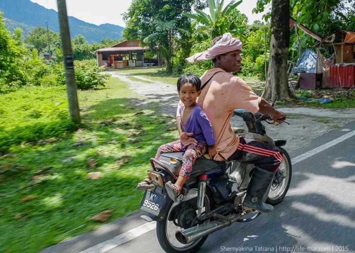 Мальчик на мопеде, остров Лангкави, Малайзия