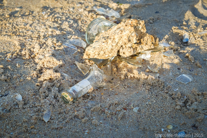 Мусор и битое стекло на пляже, Крым