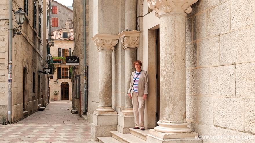 Мощные колонны у входа в одну из церквей города