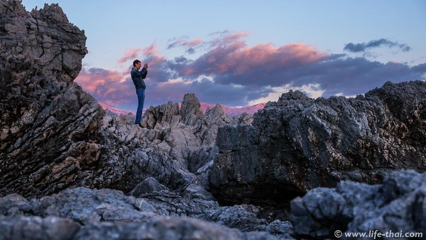 Игорь фотографирует закат, пляж Плоче, Черногория
