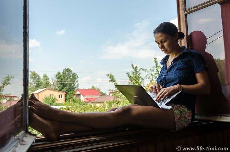 Рабочее место в окне, Херсон, домик на реке