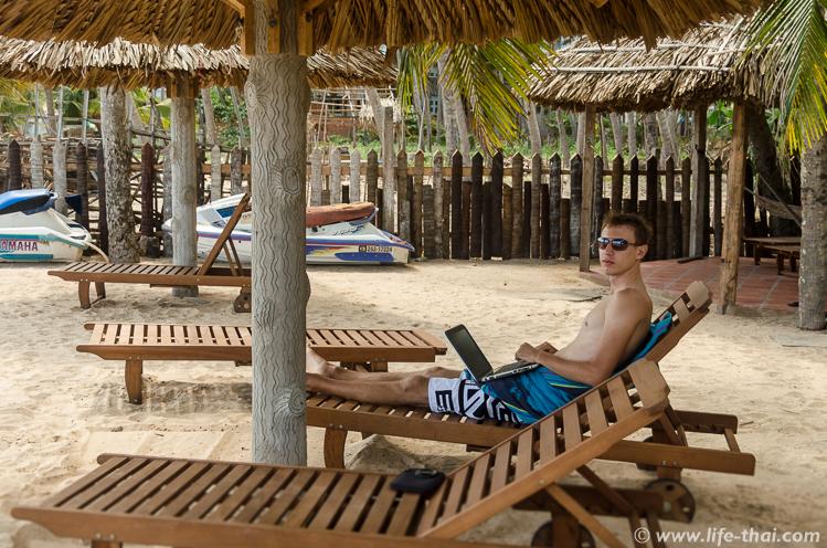 Рабочее место на шезлонге под пальмой, Вьетнам