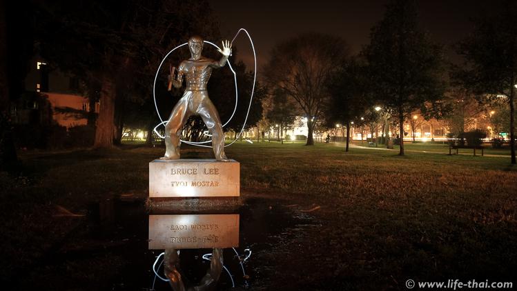 Памятник Брюсу Ли в Мостаре, фото из путешесвтия по Босния и Герцеговина
