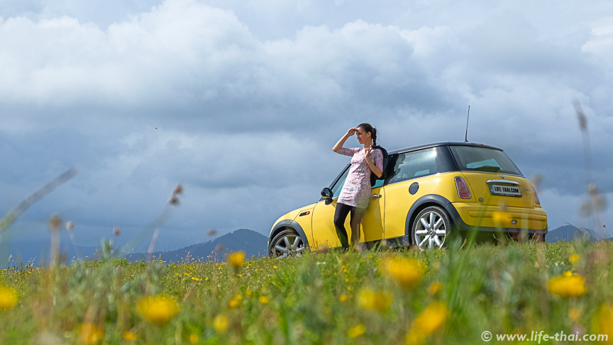 Желтый мини купер на Горажде, Черногория