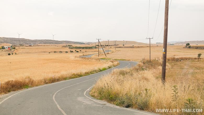 Дорога среди бескрайних полей пшеницы на Кипре. Деревенские пейзажи. Катаемся на арендованном автомобиле