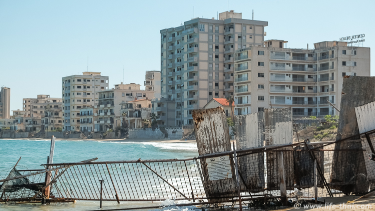 Забор, отделяющий пляж Фамагуста от Вароши, Северный Кипр