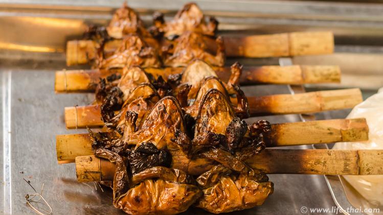 Жареные лягушки на рынке, Таиланд
