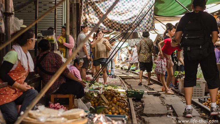 Рынок на рельсах недалеко от Бангкока, Таиланд