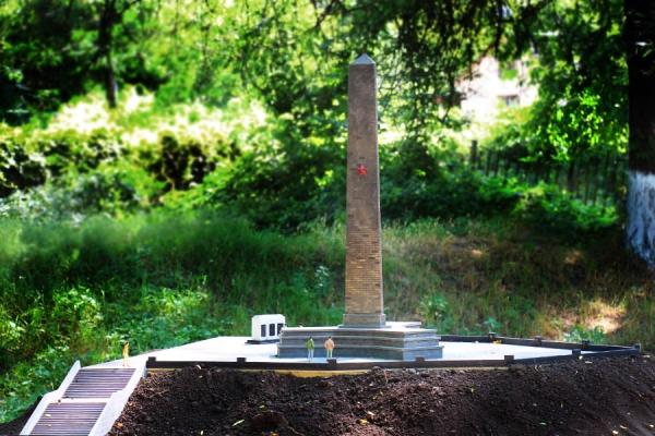 Обелиск Славы на горе Митридат, Керчь. Парк миниатюр в Бахчисарае