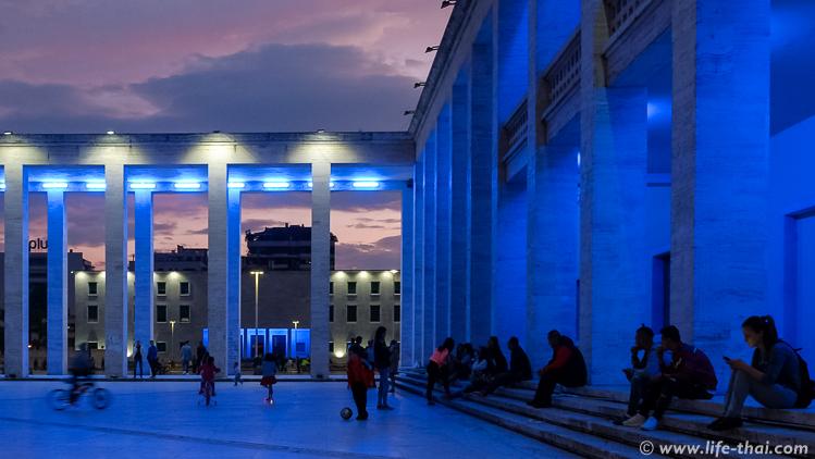 Центр Тираны вечеро, Албания