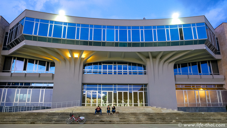 Центр Тираны вечером, Албания