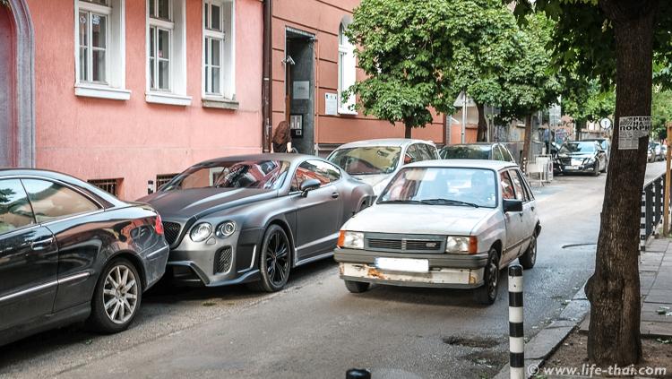 Бентли vs развалюха, машины в Софии, Болгария