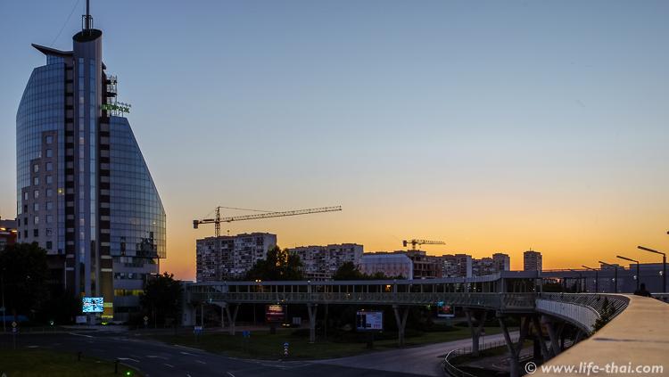 Современный отель в Бургасе и типичные многоэтажки, Болгария