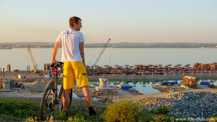 Смотровая площадка у строительства крымского моста