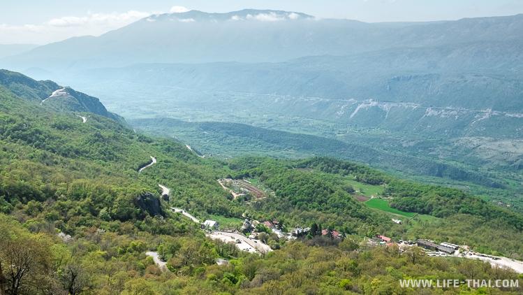 Вид на долину с монастыря Острог, Черногория