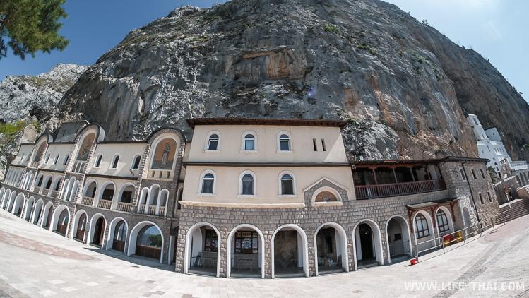 Территория монастыря Острог, Черногория