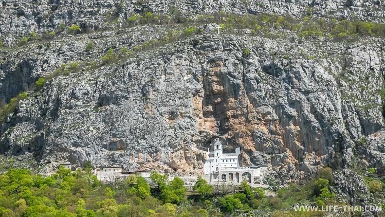 Монастырь Острог обязательно стоит увидеть в Черногории