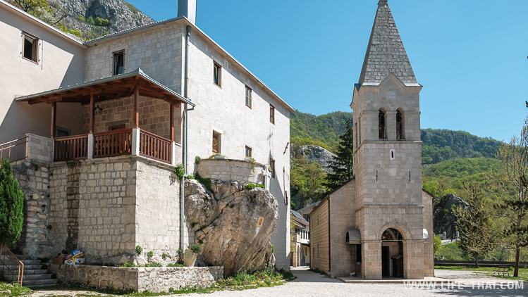 Нижняя часть монастыря Острог, достопримечательности Черногории