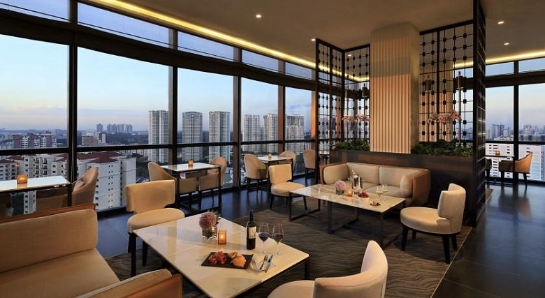 Park Hotel Alexandra - отель с бассейном и видом на город в Сингапуре