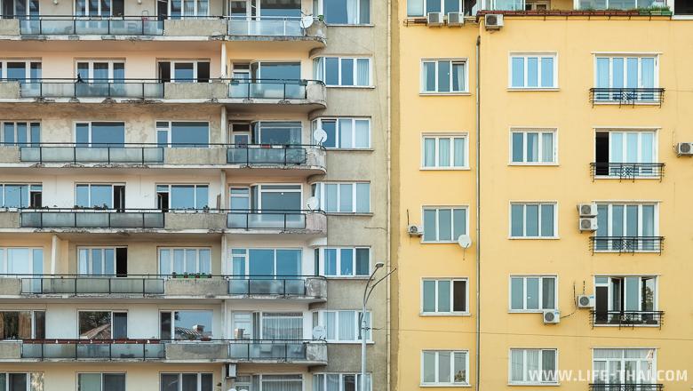 Старое и новое здание в Софии, Болгария