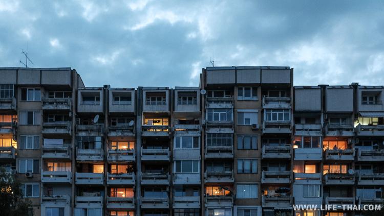 Типичная серая невзрачная многоэтажка. Пловдив, Болгария