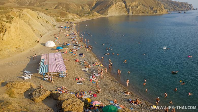 Широкий песочный пляж на Меганоме, Крым