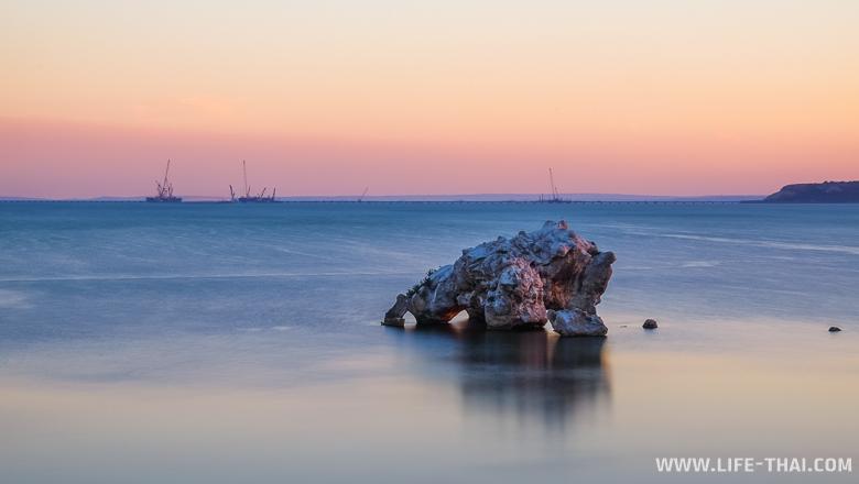 Керчь, Крым. На заднем фоне - строительство моста через Керченский пролив