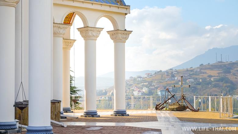 Церковь-маяк недалеко от Алушты в Крыму