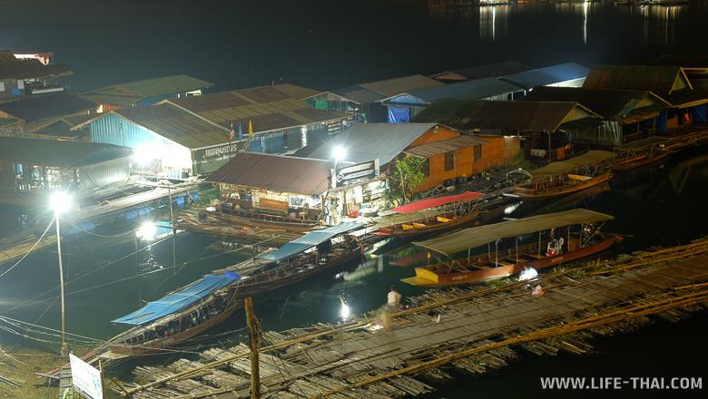 Так выглядит Mon Bridge ночью, Канчанабури, Таиланд