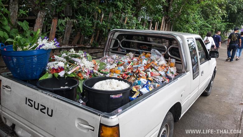 Пикап, куда складывают подаяния монахам, Мон бридж, Таиланд